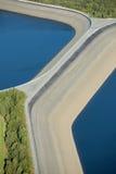 Lucht mening: Detail van een versperring met 2 meren Stock Afbeeldingen
