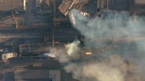 Lucht Mening Emissie aan atmosfeer van industriële pijpen stock video