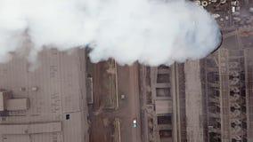Lucht Mening Emissie aan atmosfeer van industriële pijpen De schoorsteenpijpen shooted met hommel Close-up stock videobeelden