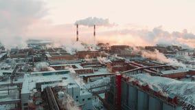Lucht Mening Emissie aan atmosfeer van industriële pijpen De schoorsteenpijpen shooted met hommel Close-up stock video