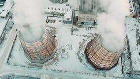 Lucht Mening Emissie aan atmosfeer van industriële pijpen De schoorsteenpijpen shooted met hommel Close-up stock footage