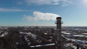 Lucht Mening Emissie aan atmosfeer van industriële pijpen De schoorsteenpijpen shooted met hommel 4K stock videobeelden