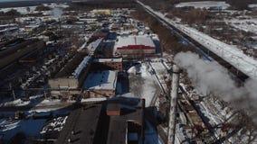 Lucht Mening Emissie aan atmosfeer van industriële pijpen De schoorsteenpijpen shooted met hommel 4K stock video