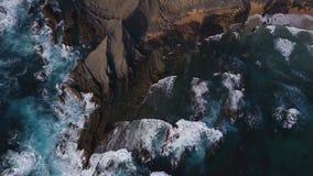 Lucht Mening Golven die op mooie vulkanische rotsen breken Amoreira, Portugal stock videobeelden