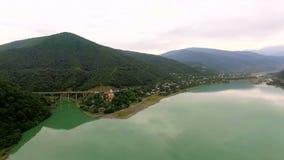 Lucht Mening Het reservoir van het Zhinvaliwater op rivier Aragvi, Georgië Schilderachtig panoramisch berglandschap Overzees, ber stock footage