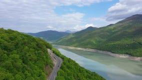 Lucht Mening Het spoor in de bergen stock footage