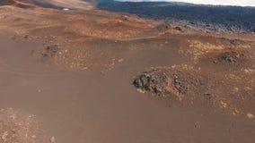 Lucht Mening Het vliegen door de vulkaanlava De lava koelde vulkaan af lucht stock footage