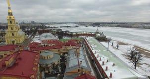 Lucht Mening Het vliegen langs de rivier Neva in de winter donker koud weer Brug over de rivier Petersburg De hoogte van de vogel stock afbeelding