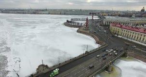 Lucht Mening Het vliegen langs de rivier Neva in de winter donker koud weer Brug over de rivier Petersburg De hoogte van de vogel stock fotografie