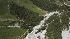 Lucht Mening Het vliegen over de mooie bergrivier Landschapspanorama stock video