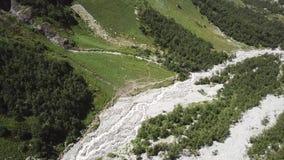 Lucht Mening Het vliegen over de mooie bergrivier Landschapspanorama stock videobeelden