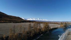 Lucht Mening Het vliegen over de mooie bergrivier Luchtcameraschot Landschapspanorama stock video