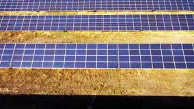 Lucht Mening Het vliegen over de zonneelektrische centrale met zon Zonnepanelen en Zon stock footage
