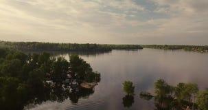 Lucht Mening Het vliegen over het mooie meer Zonnige dag Luchtcameraschot stock video