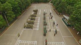 Lucht Mening Hommel, luchtspruit Beloningenmilitairen Militaire parade De ambtenaren groeten algemeen of de bevelhebber, ontvange stock videobeelden
