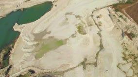 Lucht Mening Meer met smaragdgroen water in steengroeve in Bakhchisarai, de Krim stock video