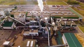 Lucht Mening Milieuvriendelijke houtbewerkingsfabriek De rook komt uit schoorsteen, buis Emissie aan atmosfeer van industrieel stock footage