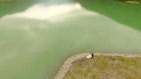 Lucht Mening Mooie romantische gang van de jonggehuwden dichtbij de rivier stock footage
