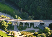 Lucht Mening: Oude spoorwegbrug die een weg kruist Stock Foto