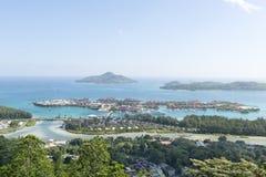 Lucht mening over de kustlijn van het de Eilanden van Seychellen en Eiland van luxeEden vanuit het gezichtspunt van Victoria, Mahe Royalty-vrije Stock Foto's