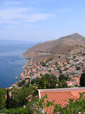 Lucht mening over Griekse stad. Overzees en berg Royalty-vrije Stock Fotografie