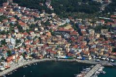 Lucht mening over Parga Griekenland stock foto's