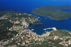 Lucht mening over Sivota Griekenland stock foto's