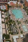Lucht mening over Venetiaans hoteldak geplaatst zwembad Stock Foto's