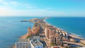 Lucht Mening Panorama van straten, wegen en gebouwenkaapla Manga del Mar Menor, Cartagena, Murcia, Spanje stock footage