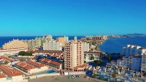 Lucht Mening Panorama van straten, wegen en gebouwenkaapla Manga del Mar Menor, Cartagena, Murcia, Spanje stock videobeelden