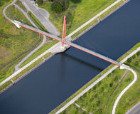 Lucht Mening: Rode brug die een kanaal kruist stock foto's