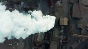 Lucht Mening Rokende schoorsteen Blauwe achtergrond stock video