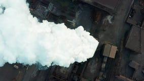 Lucht Mening Rokende schoorsteen Blauwe achtergrond stock footage