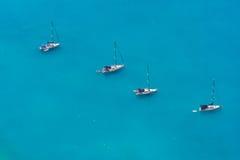 Lucht mening van 4 varende boten Stock Foto
