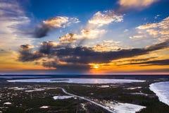 Lucht Mening van Bevroren Meer Gouden zonsondergang hommelmening stock afbeelding