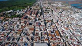 lucht Mening van de hemel van dorp van Vili Real Santo Antonio en de Rivier van Guadiana stock videobeelden