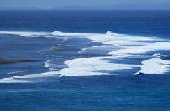 Lucht mening van grote golven in de oceaan Stock Afbeeldingen