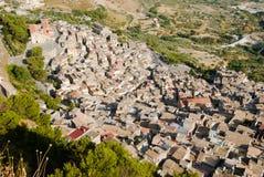 Lucht mening van oud dorp Calatabellotta royalty-vrije stock afbeelding