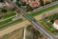 Trein door de rivier Stock Foto