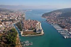 Lucht mening van Trogir oude Unescostad met jachthaven stock foto's