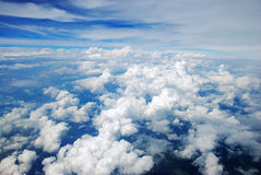 Lucht mening van vreedzame aarde die in wolken wordt behandeld Royalty-vrije Stock Foto's