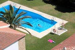 Lucht mening van vrouw het zwemmen in pool Stock Foto's