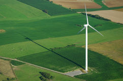 Lucht mening van windturbine en schaduw Stock Foto's