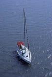 Lucht mening van zeilboot op zee Stock Foto