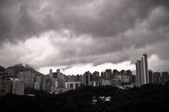Lucht mening van zware wolken en Hongkong horizon Royalty-vrije Stock Afbeelding