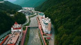 Lucht Mening Vliegend over de Stad dichtbij de Rivier de Bergen Sotchi Aibga stock video