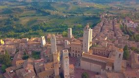 Lucht Mening Vlucht over een middeleeuwse stad van Fijne Torens, San Gimignano, Toscanië, Italië stock video