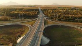 Lucht Mening Weg en viaduct met auto's en vrachtwagens De wegverbinding is een wegverbinding op twee niveaus buiten de stad stock video