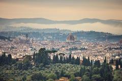Lucht mistige de ochtendcityscape van Florence. Panoramamening van Fiesole-heuvel, Italië royalty-vrije stock foto's