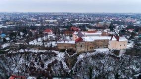 Lucht mooi bekijkt onverbiddelijk op Uzhhorod-Kasteel in de winter stock afbeeldingen